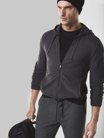 SOFT SWEATSHIRT WITH A HOOD DETAIL
