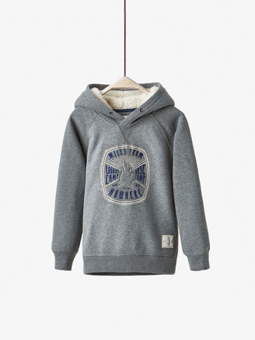 HOODED SWEATSHIRT WITH POSITIONAL MOTIF DETAIL