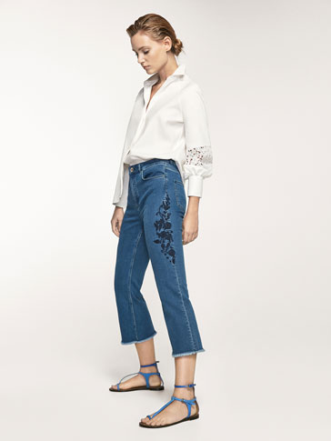 CROPPED FIT JEANS WITH EMBROIDERED DETAIL