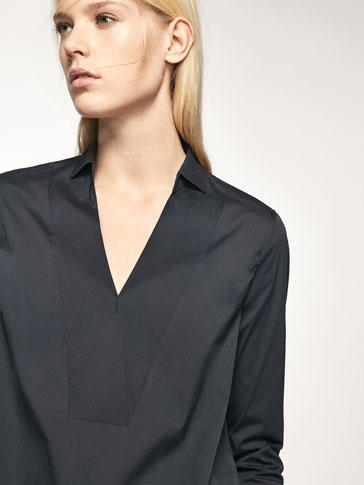 قميص كحلي بتفصيل ياقة طراز بولو