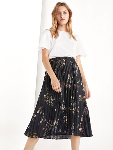 BLACK PLEATED SKIRT WITH FLORAL PRINT