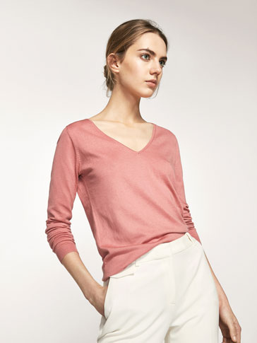 KNIT SWEATER WITH A V-NECK DETAIL