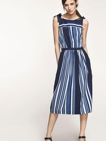 فستان مخطط كحلي بتفصيل عقدة الأنشوطة