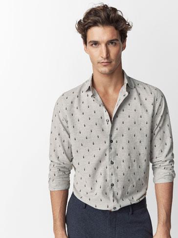 قميص أسود بريش مطبوع وتصميم ضيق.