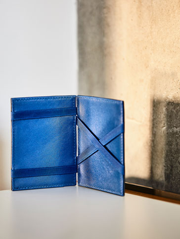 MAGIC WALLET WITH CONTRAST INTERIOR