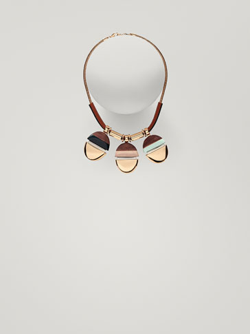 NECKLACE WITH CONTRASTING PIECES