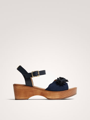 WOODEN SANDALS WITH FLORAL DETAIL
