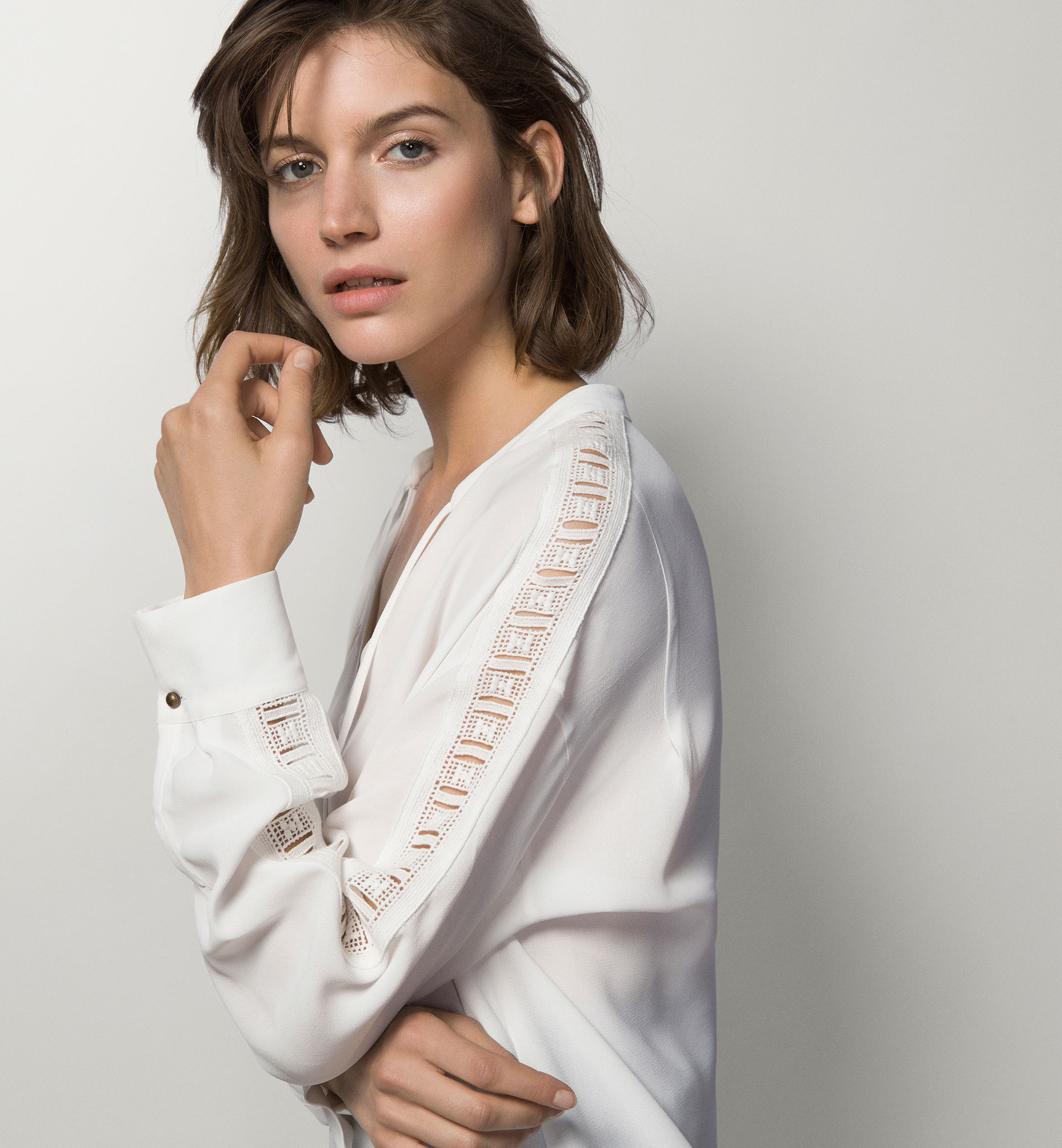BLOUSE WITH A BOW NECKLINE