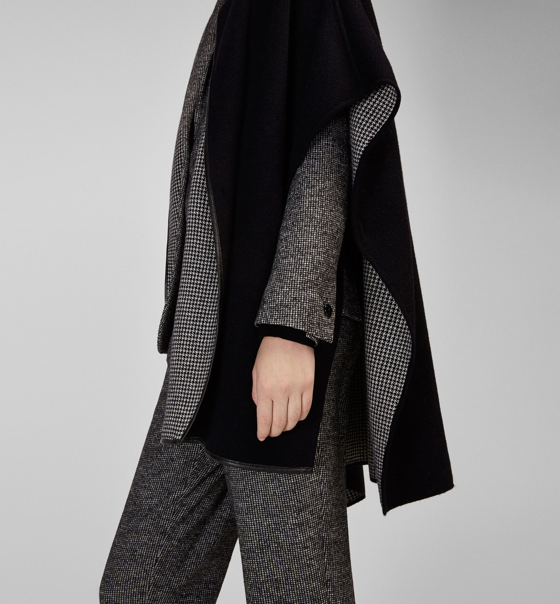 HOUNDSTOOTH CAPE WITH LEATHER PIPING