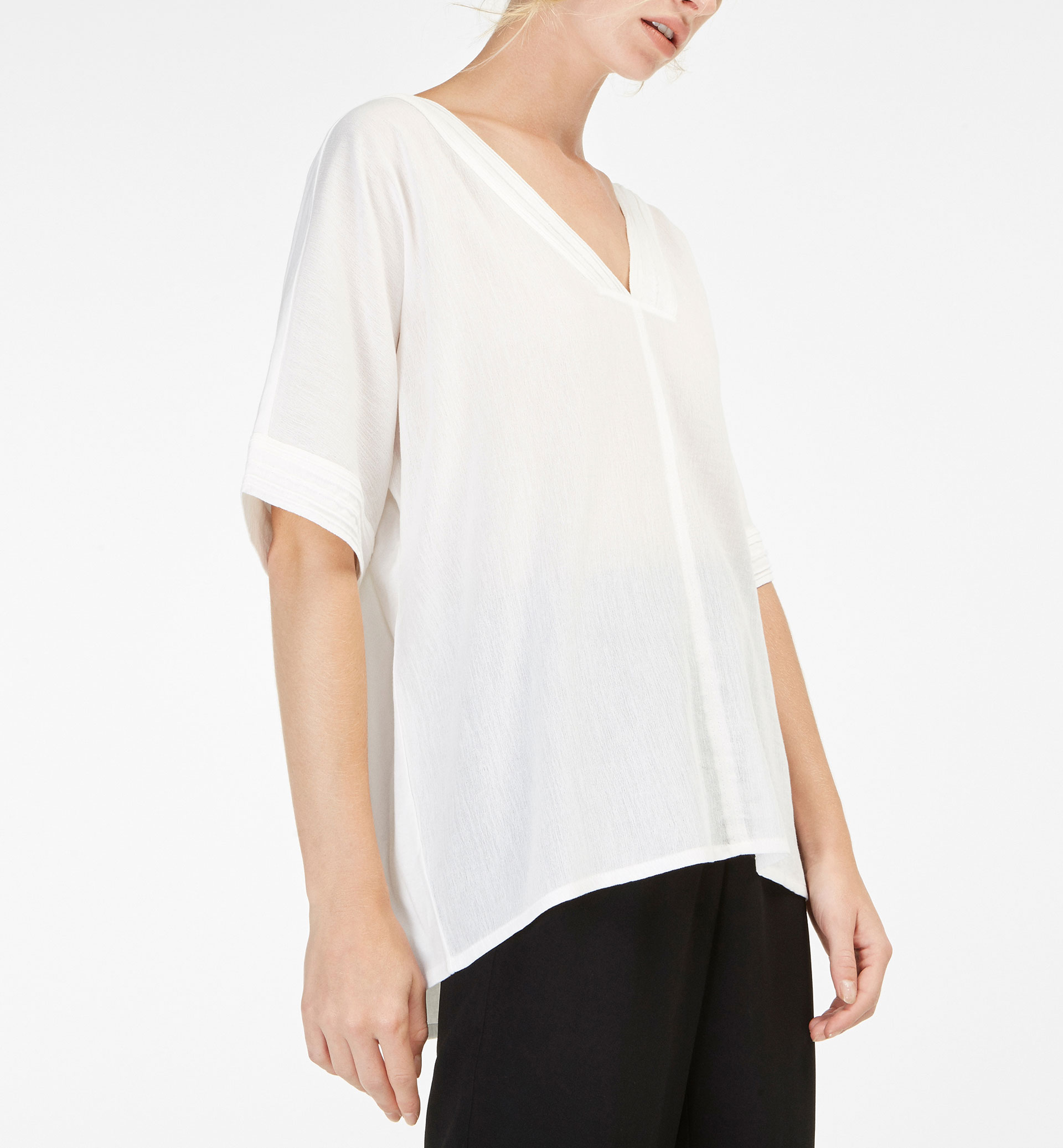 T-SHIRT WITH DETAILS AT NECKLINE AND SLEEVES