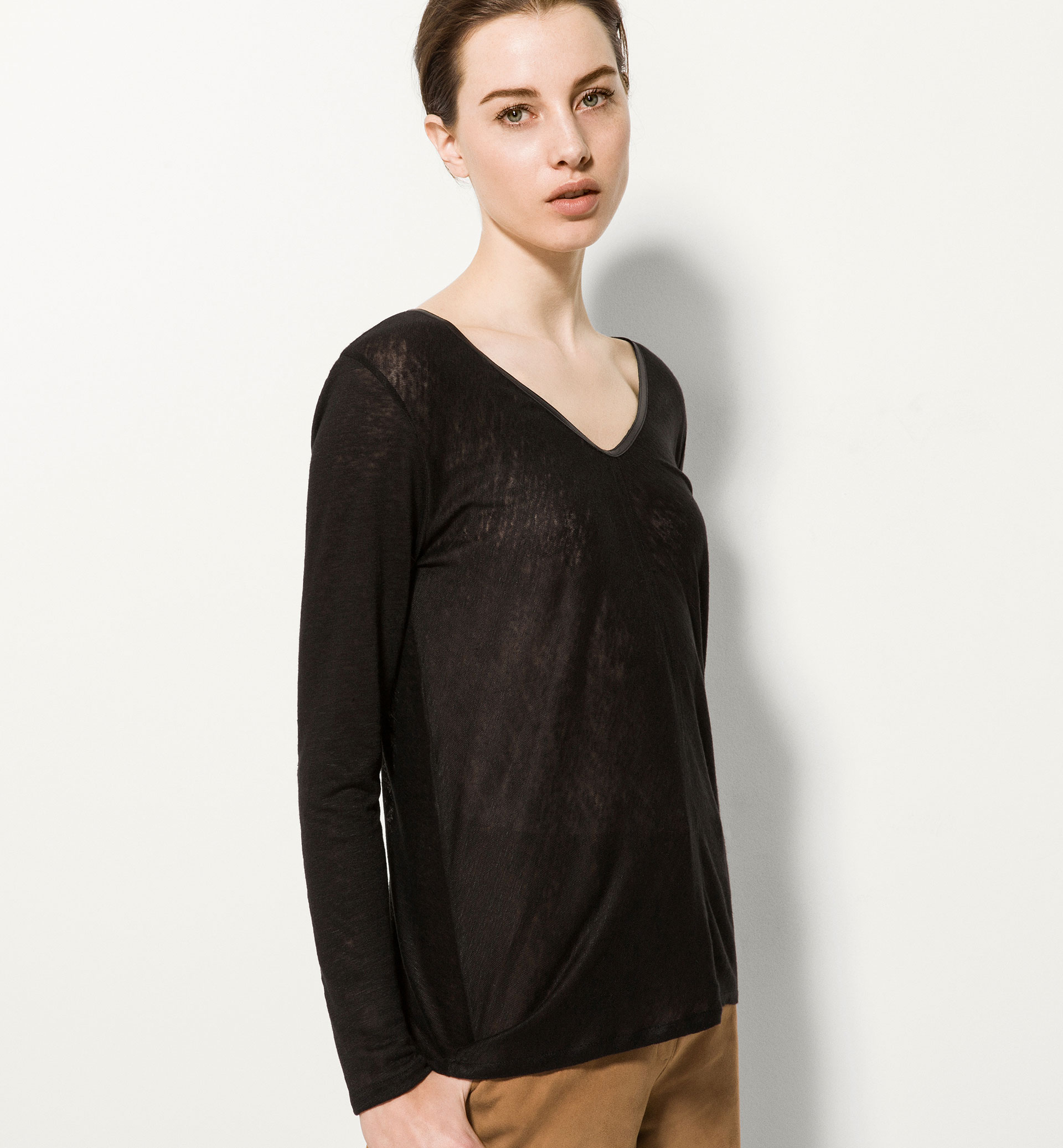 LINEN T-SHIRT WITH LEATHER NECKLINE