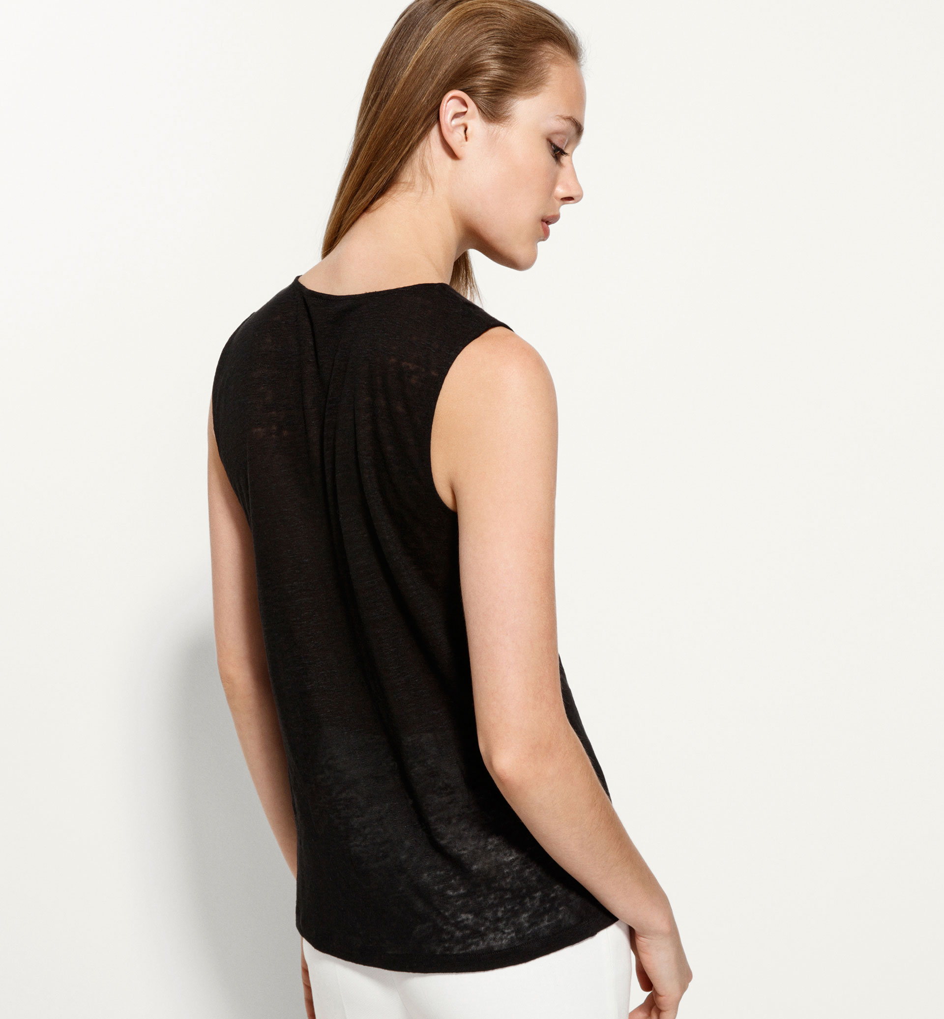 TOP WITH NECKLINE DETAIL