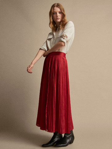 PLEATED SKIRT WITH SLIT DETAIL
