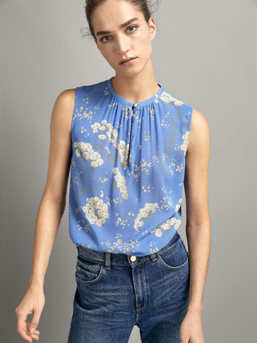 RYNKET BLUSE MED BLOMSTERPRINT