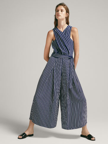 GESTREIFTER JUMPSUIT IN WICKELOPTIK