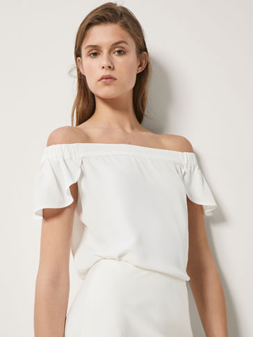 CONTRASTING OFF-THE-SHOULDER T-SHIRT
