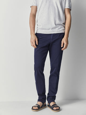 SLIM FIT COTTON CHINOS WITH A MICRO-TEXTURED WEAVE