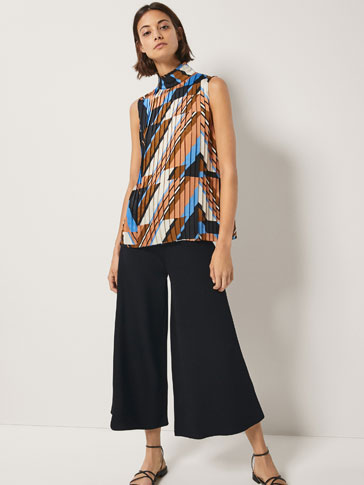GEOMETRIC PRINT TOP WITH FINE PLEATS