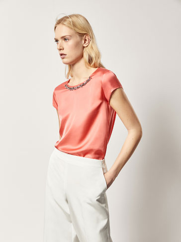 CONTRASTING T-SHIRT WITH GEM DETAIL
