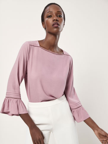 CONTRASTING T-SHIRT WITH PLEATS AND LACE TRIMS
