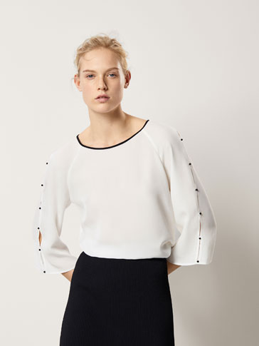 T-SHIRT WITH CONTRASTING FAUX PEARL DETAIL
