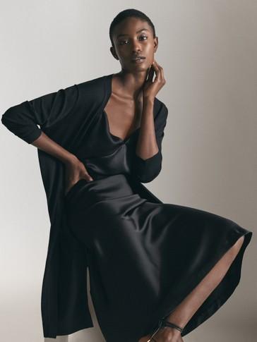 تنورة سوداء منسدلة من قماش الساتان