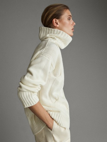 CABLE-KNIT HIGH NECK APRÈS-SKI SWEATER
