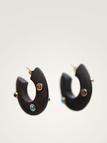 STUDDED WOODEN HOOP EARRINGS