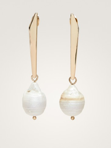 METAL PIECE AND PEARL BEAD EARRINGS
