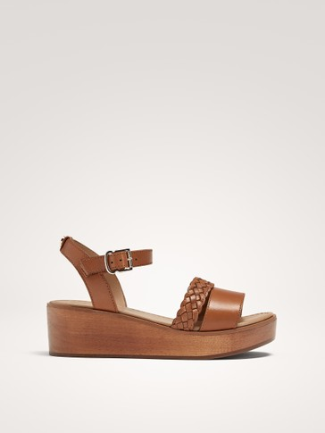 TAN LEATHER AND WOOD SANDALS