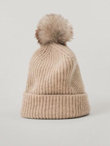 Вовняна шапка в рубчик із помпоном