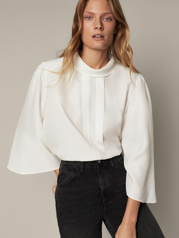 Blouse with voluminous sleeves and shoulder pads
