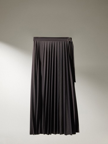 Pleated skirt with buckle detail