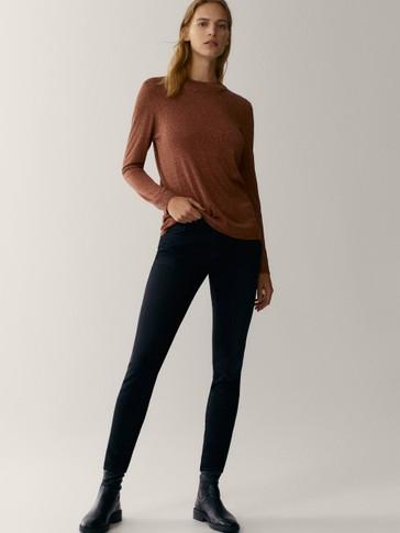 Džemperis ar augstu apkakli un metālisku spīdumu