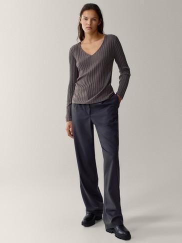 Pull en maille côtelée à col en V en coton et en laine
