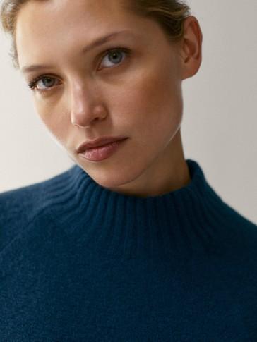 Široki vuneni pulover s uspravnim ovratnikom
