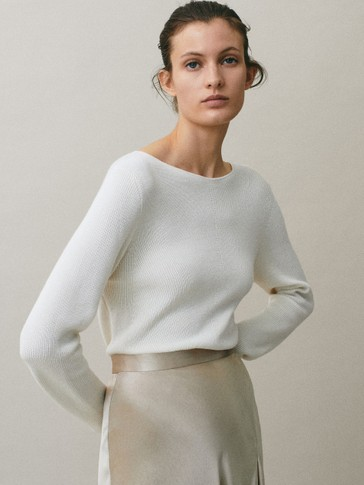 Boat neck sweater with decrease stitching