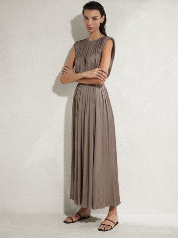 Long pleated sleeveless dress