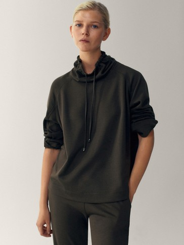 Sweatshirt with an adjustable neck