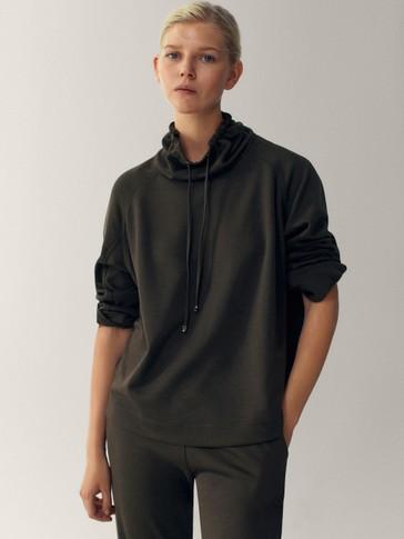 Sweatshirt with an adjustable neck