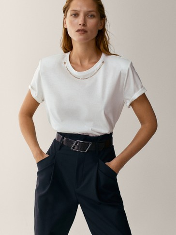 Shirt mit Schulterpolstern und Zierkette