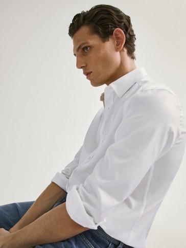 قميص منسوج من القطن مع شعار قصة ضيقة