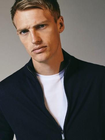 Cardigan confecionado 100% em lã merino