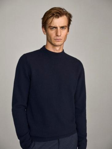 Pullover aus Wolle und Kaschmir mit geripptem Stehkragen