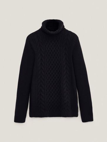 Pullover mit hohem Kragen und Zopfmuster