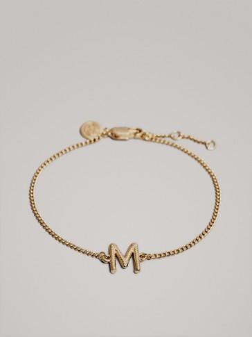 سوار مطلي بالذهب حرف M
