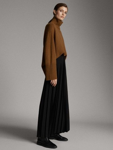 Pleated black trousers