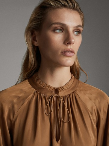 LOOSE-FITTING BLOUSE WITH GATHERED NECKLINE
