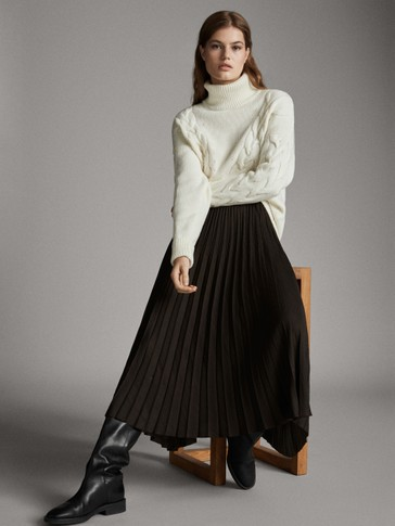 Asian fit. Pleated skirt