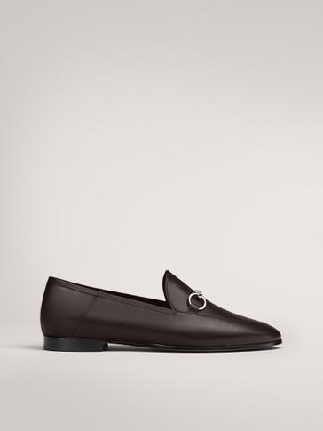حذاء لوفر باللون البني مع مشبك